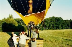Foto zeigt die Herrenrunde bei einer Ballonfahrt